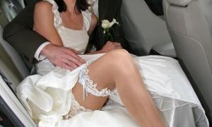 В машине с женихом невеста сексуально выставила ногу фото