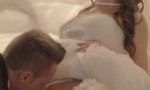 Жених целует невесту между ног фото