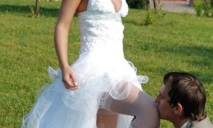 Жених целует свою невесту между ног на свадьбе фото
