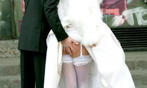 Жених лапает невесту за попку