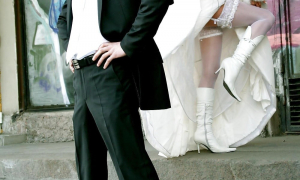 Жених на фоне своей сексуальной невесты фото
