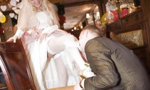 Жених снимает подвязку зубами с ноги невесты
