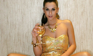 девушка на вечеринке без трусов под платьем