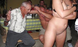 мужики в пив-баре пристают к стриптизерше