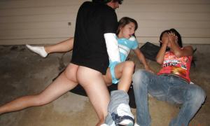 трахает свою пьяную девушку возле её подруги