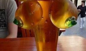 Бокал пива с дойками