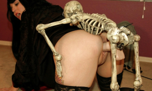 Девку трахает скелет