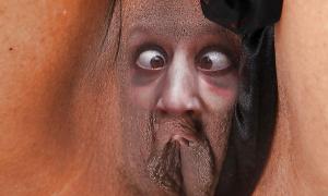 Глаза и нос у девушки на лобке