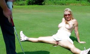 Расставила ноги возле лузы в гольф
