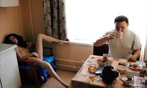 Жена мастурбирует а он пьёт чай