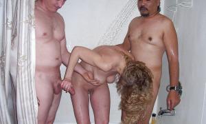 С мужиками в душевой фото