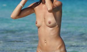 Голая с волосатой киской на пляж выходит из воды