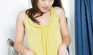 Молодая красотка показала свою волосатую девственную киску