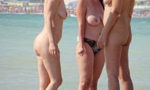 На нудистском пляже 245