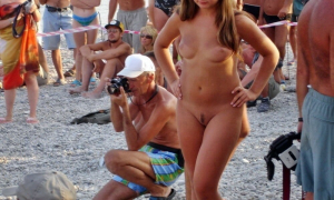 На нудистском пляже 329