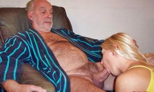 Блондинка делает дяде красиво минет фото