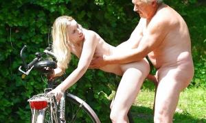 Дед раком трахает молодую велосипедистку фото