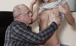 Дед раздевает молодую красотку фото
