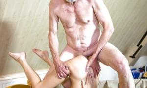 Дед трахает молодую сучку