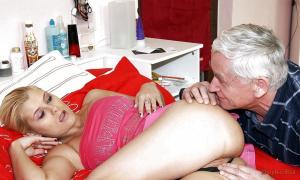 Дед щупает молодую блондинку фото