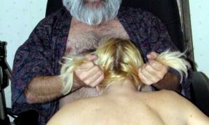 Дед за косички молодую тянет ртом на член насаживает фото