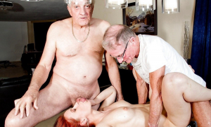 Два деда трахают молодую красотку фото