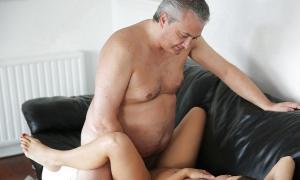 Дядя трахает на диване молодую фото