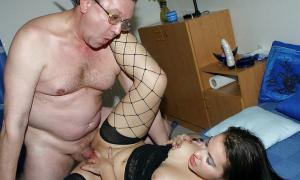 Любовник девушки мужик постарше дерёт её на кровати фото