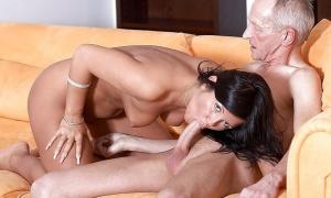 Молодая любовница берёт в рот у зрелого мужика фото