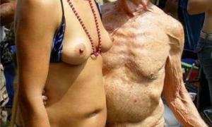 Старик пристаёт к молодой на публике фото