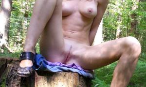 Блондинка голая в лесу на пне фото