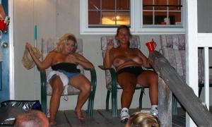 Деревенские дамы обнажили сиськи в самом разгаре вечеринки