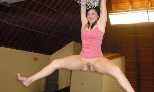 Девушка без трусов висит руками на баскетбольном кольце