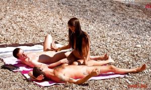 Девушка дрочит двум парням на пляже