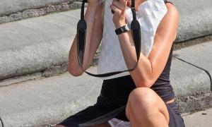 Девушка с фотоапаратом засветила белые трусы фото