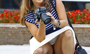 Девушка с фотоапаратом засветила черные трусы фото