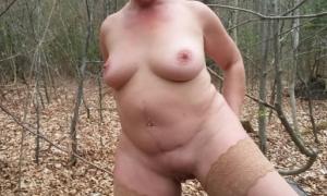 Голая тётя в чулках на природе