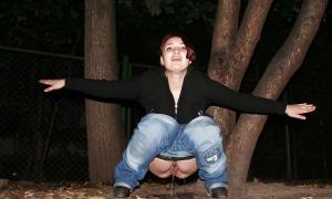 Молодая писает под деревом