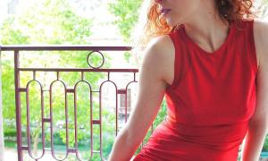На балконе под платьем у жены
