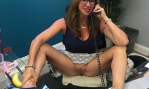 На работе в офисе без трусов разговаривает с клиентом по телефону фото