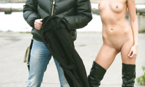 На улице с парнем фоткается голой