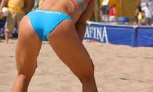 Пляжная волейболистка стоит раком
