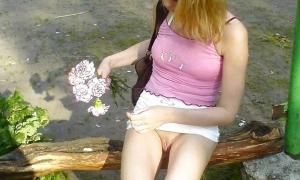 Подарил подружке цветы и сфоткал без трусиков