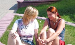 Подружки в парке без трусиков
