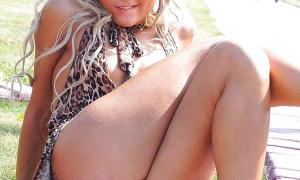 Пухлая пися под платьем блондинки на улице