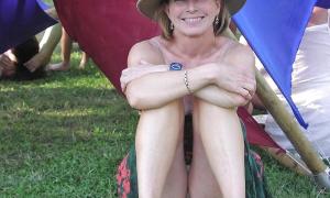 Пухлые половые губки под платьем жены