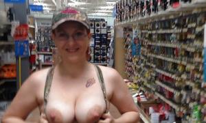 Сиськи с большими сосками показала в магазине