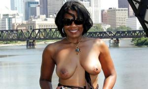 Темнокожая женщина обнажилась на мосту
