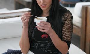 В кафешке пьэт кофе и светит под юбкой киской
