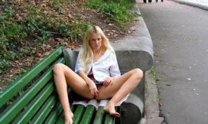 В парке на скамейке пихает вибратор себе между ног
